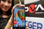 Seorang model sedang berpose dengan salah satu Smartphone Advan (JIBI/Harian Jogja/dok)