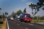 Angkutan barang melintas di Jalan Nasional yang berada di kawasan Dudukan KM 19, Desa Sukoreno, Sentolo, Kulonprogo. (Holy Kartika N.S/JIBI/Harian Jogja)