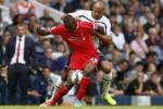 Pemain baru Liverpool Balotelli (Ki) duel lawan pemain Hotspur Kaboul. JIBI/Rtr/Eddie Keogh