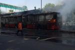 Bus Transjakarta terbakar di Halte Al Azhar, Kebayoran Baru, Jaksel, Kamis (28/8/2014). (Twitter TMC Polda Metro Jaya)
