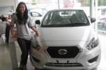Seorang model saat berpose bersama salah satu produk Datsun (JIBI/Harian Jogja/Hamid Abdul Razak)