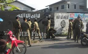 Sejumlah anggota Sapol PP Sukoharjo menghapus gaffiti ISIS di kawasan Desa Cemani, Kecamatan Grogol, Sukoharjo, Selasa (5/8/2014). (Iskandar/JIBI/Solopos)