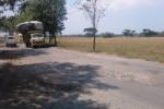 Kendaraan melintasi jalan penghubung Kecamatan Karangdowo-Juwiring wilayah Bakungan, Karangdowo, Klaten, Senin (25/8/2014). (Chrisna Chanis Cara/JIBI/Solopos)