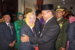 Bupati Karanganyar, Juliyatmono (kedua dari kanan) memberikan ucapan selamat kepada istrinya, Siti Komsiyah, yang dilantik sebagai anggota DPRD Karanganyar periode 2014-2019 di Gedung DPRD setempat, Kamis (28/8/2014). (Ponco Suseno/JIBI/Solopos)