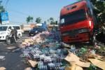 Ribuan botol minuman bersoda yang diangkut truk tronton yang mengalami kecelakaan di jalur Solo-Semarang, wilayah Sidomulyo, Ampel, Boyolali, Senin (25/8/2014), berhamburan di jalan. (Septhia Ryanthie/JIBI/Solopos)
