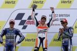 Pembalap Honda Marquez (tengah) rayakan kemenangan bersama Lorenzo dan Rossi. JIBI/Rtr/Darren Staple