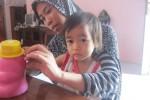 Luluk, 32, asal Ketelan, mengajari putri keduanya Kayla, 2, memasukkan uang dalam celengan. Membiasakan sang buah hati menabung menjadi salah satu cara agar anak tidak boros dalam menggunakan uang. (Aeranie Nur Hafnie/JIBI/Solopos)