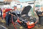 Kondisi mobil yang terbakar di Ringroad Timur Sleman, Kamis (21/8/2014). (JIBI/Harian Jogja/Gigih M. Hanafi)