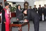 Wahyu Pradana Ade Putra saat menandatangani simbolisasi pelantikan DPRD 2014-2014, Senin (11/8/2014). (David Kurniawan/JIBI/Harian Jogja)