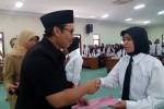 Bupati Kulonprogo Hasto Wardoyo serahkan SK Pengangkatan CPNS kepada salah satu pegawai honorer K2, Selasa (19/8/2014). (Holy Kartika N.S/JIBI/Harian Jogja)