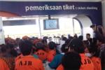 Pedagang asongan yang tergabung dalam AJB (Asongan Jogja Bersatu) kembali mendesak masuk untuk bisa berjualan di dalam stasiun Lempuyangan, Rabu (20/8/2014). (Uli Febriarni/JIBI/Harian Jogja)