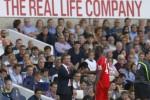 Manager Liverpool Brendan Rodgers menyalami Mario Ballotelli. JIBI/Rtr/Eddie Keogh