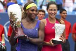Serena Williams (Ki) dan Ana Ivanovic mengankat trofi juara dan runner up. JIBI/Rtr/Mark Zerof-USA T