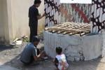 Guntur Susilo (bertopi) dan Damas Prasetyo tengah melukis batik di sumur tua di Dusun Kepek I, Desa Kepek, Kecamatan Wonosari, Jumat (5/9/2014). (Kusnul Isti Qomah/JIBI/Harian Jogja)