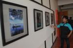 Ketua STSRD VISI Nofria Doni Fitri saat menjelaskan beberapa karya fotografi jelang pembukaan Pameran Karya Kreatif di Galeri VISI, Senin (1/9/2014) siang. (JIBI/Harian Jogja/Arief Junianto)
