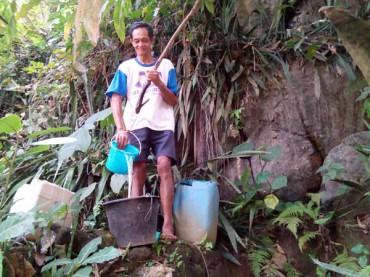 Kekeringan mulai terasa, warga Dusun Sengir, Desa Kalirejo, Kokap mulai menggantungkan air pada sumber air yang ada di desa tersebut, Selasa (2/9/2014). (JIBI/Harian Jogja/Holy Kartika N.S.)