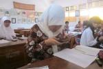 Siswa SMP 4 Pakem saat menggunakan ponselnya dalam proses pembelajaran di dalam kelas pada Jumat (12/9/2014). (JIBI/Harian Jogja/Sunartono)