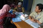 Seorang pendaftar seleksi CPNS sedang berkonsultasi dengan petugas loket informasi di Kantor BKD Sleman, Selasa (16/9/2014). (JIBI/Harian Jogja/Rima Sekarani I.N)