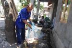 Saptono menunjukkan ikan nila yang dibudidayakan di depan rumah salah satu warga Desa Wisata Ngremboko, Bokesan, Sindumartani, Ngemplak, Selasa (16/9/2014). (JIBI/Harian Jogja/Rima Sekarani I. N.)