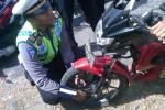 Petugas kepolisian memberikan cara memasang kunci pengaman ganda pada salahsatu motor milik pengguna jalan, Selasa (16/9/2014). Pemasangan kunci pengaman itu untuk mengantisipasi adanya curanmor. (JIBI/Harian Jogja/Sunartono)