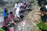 Sejumlah anggota keluarga korban Rani Astkilia melakukan tabur bunga dan doa bersama di lokasi temuan mayat di lahan milik Suraji Dusun Kanoman, Banyuraden, Gamping, Sleman, Selasa (16/9/2014). (JIBI/Harian Jogja/Sunartono)
