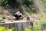 Damanhuri saat memeriksa instalasi pompa air yang terletak di dekat aliran Sungai Oya di Desa Banyusoco, Rabu (17/9/2014). (JIBI/Harian Jogja/David Kurniawan)