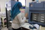 Petugas tengah mengecek kondisi darah di Laboratorium UDD PMI Gunungkidul, Kamis (18/9/2014). (JIBI/Harian Jogja/Kusnul Isti Qomah)