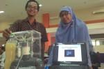 Dewi dan Jalu, warga Gendeng, Baciro, Gondokusuman, Jogja menunjukan alat fermentasi tempe hasil karyanya saat dipresentasikan dalam lomba di XT Square, Sabtu (20/9/2014) pekan lalu. (JIBI/Harian Jogja/Ujang Hasanudin)
