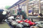 Chandra, salah satu pedagang korban kebakaran pasar Klitikan sudah mulai berjualan di selasar pasar. (JIBI/Harian Jogja/Ujang Hasanudin)