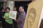 Direktur Pelestarian Cagar Budaya dan Permuseuman Harry Widianto saat menerima kenang-kenangan berupa lukisan sketsa dari salah satu putri Tino Sidin, beberapa waktu lalu. (JIBI/Harian Jogja/Arief Junianto)