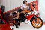Seorang model berpose bersama sepeda motor terbaru All New Honda CBR150R di Jakarta, Minggu (7/9/2014). All New Honda CBR150R itu mengusung mesin ber-DNA motor balap 4-stroke, 150cc, DOHC, 4-valve, 6-speed, berpendingin cairan (liquid-cooled) yang tercatat memiliki performa tinggi hingga mencapai tenaga 12,6 kW/10.500 rpm dan torsi 13,0Nm/7.500 rpm dan dibandrol dengan harga Rp28.500.000 dan CBR 150R Repsol dibanderol Rp29.100.000 on the road Jakarta. (Nurul Hidayat/JIBI/Bisnis)
