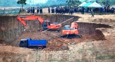 Sejumlah truk dan alat berat melakukan pengerukan tanah di kawasan Tapak Pabrik Semen PT. Semen Gresik, Desa Kadiwono, Gunem, Rembang, Selasa (20/5/2014), dengan diawasi polisi . Pembangunan pabrik semen dan area tambang PT. Semen Gresik yang ditargetkan rampung pada tahun 2016 itu ditentang sebagian warga. (JIBI/Solopos/Antara/ Andreas Fitri Atmoko)