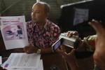 Pengacara Lambaga Swadaya Masyarakat (LSM) Mega Bintang, Arif Sahudi, menunjukkan Buku Sekolah Elektronik Bahasa Indonesia untuk SMP/MTS kelas IX kepada wartawan di Che-eS Resto Solo, Jumat (12/9/2014). Buku karya penulis Atikah Anindyarini, Yuwono, dan Suhartanto tersebut disinyalir bersifat rasialisme karena memuat materi yang mendiskreditkan keturunan ras tertentu pada salah satu soal uji kompetensinya. (Septian Ade Mahendra/JIBI/Solopos)