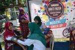 Petugas kesehatan (kanan) mengecek tekanan darah warga dalam kegiatan Yamaha Bakti Nusa di Lapangan Malabar Utara, Mojosongo, Jebres, Solo, Jawa Tengah, Minggu (31/8/2014). (JIBI/Solopos/Istimewa)