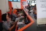 Petugas melayani pengiriman berkas administrasi peserta seleksi calon pegawai negeri sipil (CPNS)di Kantor Pos Wonogiri, Senin (22/9/2014). (Bony EW/JIBI/Solopos)
