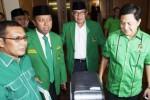 Pecatan pengurus DPP PPP Emron Pangkapi (kedua dari kanan) berbincang dengan mantan Sekjen PPP M. Romahurmuziy (kedua dari kiri), dan politikus Rusli Effendi (kiri) serta Ahmad Yani menggelar kegiatan yang mereka sebut rapat pimpinan nasional di Jakarta, Minggu (14/9/2014). (JIBI/Solopos/Antara/Wahyu Putro A.)