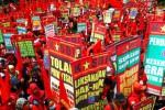 Ribuan orang buruh dari 30 federasi buruh yang tergabung dalam Konfederasi Kongres Aliansi Serikat Buruh Nasional Indonesia (Kasbi) menggelar demonstrasi di Bundaran Hotel Indonesia (HI), Jakarta, Senin (15/9/2014). (Dwi Prasetya/JIBI/Bisnis)