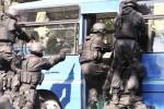 Tiga prajurit TNI Yonif 900/Raider Kodam IX/Udayana menyelamatkan sandera dari dalam bus dalam latihan penanggulangan teroris di Denpasar, Bali, Selasa (30/9/2014). Aksi itu hanya merupakan simulasi penanggulangan aksi terorisme. (JIBI/Solopos/Amtara/Nyoman Budhiana)