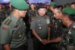 Panglima TNI Jenderal Moeldoko (kedua dari kanan) didampingi Letnan Jenderal TNI Gatot Nurmantyo (kiri) berjabat tangan dengan para komandan satuan (dansat) TNI AD seusai memberikan pembekalan dalam Apel Komandan Satuan (Dansat) Tahun 2014 di Markas Yonif 413/6/2 Kostrad, Mojolaban, Sukoharjo, Rabu (3/9/2014). Apel komandan satuan yang berlangsung hingga Selasa (9/9/2014) tersebut diikuti 600 komandan satuan (dansat) TNI AD se-Indonesia. (Ardiansyah Indra Kumala/JIBI/Solopos)