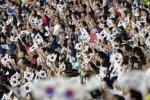 Penonton pembukaan pesta olahraga empat tahunan Asia, Asian Games 2014 dengan bersemangat mengibarkan bendera Korea Selatan ketika menonton acara yang digelar di Inchoen Asiad Main Stadium, Korea Selatan, Jumat (19/9/2014). Asian Games ke-17 yang diikuti 45 negara itu mengusung tema persatuan dan persaudaraan negara-negara Asia. (JIBI/Solopos/Antara/Saptono)