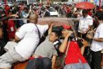 Panitia mengukur tinggi mobil saat Kompetisi Car Limbo di Alun-Alun Selatan Keraton Solo, Jawa Tengah, Minggu (7/9/2014). Perlombaan mobil ceper tersebut diikuti oleh sekitar 25 peserta yang berasal dari kabupaten dan kota di Soloraya. (Septian Ade Mahendra/JIBI/Solopos)