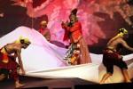Salah satu adegan dalam pementasan drama menak dengan judul Kelaswara Jayengtresna di Teater Wayang Indonesia Gedung Perwayangan Kautman Taman Mini Indonesia Indah, Jakarta, Minggu (21/9/2014). Drama yang disutradarai Tatik Kartini Mustikahari tersebut merupakan salah satu seni tari klasik Jawa yang lahir dari lingkungan Keraton Kesultanan Ngayogyakarta Hadiningrat yang digagas oleh Almarhum Sri Sultan Hamengku Buwono (HB) IX (1940-1988) pada masa-masa awal pemerintahannya. (Abdullah Azzam/JIBI/Bisnis)