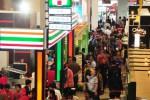 Pengunjung memadati area Franchise and License Expo Indonesia di Jakarta Convention Center (JCC), Senayan, Jakarta, Jumat (12/9/2014). Pameran bisnis waralaba yang berlangsung 12-14 September tersebut menghadirkan sekitar 200 merek waralaba dari dalam negeri maupun luar negeri. (Alby Albahi/JIBI/Bisnis)