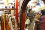 Pengunjung memilih baju batik yang dipamerkan saat Gebyar UKM 2014 di Atrium Solo Square Mall, Solo, Jawa Tengah, Senin (29/9/2014). Pameran dan lelang hasil karya produk usaha mikro, kecil dan menengah (UMKM), koperasi, dan program kemitraan dan bina lingkungan (PKBL) tersebut dilaksanakan untuk meningkatkan akses bisnis dan jaringan penjualan. (Ardiansyah Indra Kumala/JIBI/Solopos)