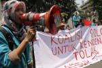 Mahasiswa yang tergabung dalam Koalisi Solo untuk Kendeng menggelar aksi unjuk rasa di Bundaran Gladak, Solo, Jawa Tengah, Selasa (23/9/2014). Aksi unjuk rasa yang digelar untuk menolak pendirian pabrik semen di Pegunungan Kendeng, Rembang itu memanfaatkan momentum peringatan Hari Tani 2014. Aksi diawali dengan dari bundaran Gladak, Solo, Jawa Tengah. Mereka selanjutnya membuat arak-arakan berjalan kaki menuju halaman Balai Kota Solo. (Ardiansyah Indra Kumala/JIBI/Solopos)