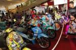 Pengunjung melihat sepeda motor Honda modifikasi yang dipamerkan di Atrium Solo Paragon Mall, Solo, Jawa Tengah, Minggu (7/9/2014). Ajang adu kreativitas para pencinta motor Honda dalam Honda Modif Contest (HCM) 2014 tersebut diikuti 89 peserta yang terbagi dalam 11 kategori. (Ardiansyah Indra Kumala/JIBI/Solopos)