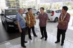 Deputi Direktur Sales Operation PT Hyundai Mobil Indonesia, Denny Siregar (kiri), Direktur PT Bintang Asia Global, Ronny Lukito (kedua dari kiri), Presiden Direktur PT Hyundai Mobil Indonesia, Mukiat Sutikno (kedua dari kanan), Regional General Manager PT Hyundai Mobil Indonesia, Ludi Winata (kanan) berbincang-bincang saat Grand Opening Hyundai Solo Baru, Sukoharjo, Jumat (11/9/2014). Dealer Hyundai tersebut merupakan yang kedua untuk wilayah Soloraya. (Ardiansyah Indra Kumala/JIBI/Solopos)