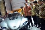 Vice President Director PT Toyota Astra Motor Suparno Djasmin (dari kanan ke kiri), President Director Toyota Hiroyuki Fukui, President Direktur PT Astra International Tbk. Prijono Sugiarto, Menteri Perdagangan Muhammad Lutfi, serta Menteri Pemuda dan Olahraga Roy Suryo berbincang di dekat mobil konsep FT-1 keluaran Toyota seusai peresmian Indonesia International Motor Show (IIMS) 2014 di JI Expo, Kemayoran, Jakarta, Kamis (18/9/2014). Pameran itu bakal berlangsung hingga 28 Septemeber 2014. (Nurul Hidayat/JIBI/Bisnis)