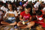 Peserta Jambore Seni Rupa Anak 2014 di Joglo Sriwedari Solo, Rabu (17/9/2014), menempelkan kain perca pada tabung kardus saat diselenggarakan sesi workshop art and craft. Jambore Seni Rupa Anak 2014 digelar untuk mengembangkan seni budaya sebagai hasil cipta, rasa, dan karsa demi kemajuan anak dan remaja. (Septian Ade Mahendra/JIBI/Solopos)