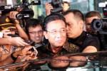 Menkopolhukam Djoko Suyanto tersenyum simpul kala tiba di Kantor Komisi Pemberantasan Korupsi (KPK), Jakarta, Selasa (16/9/2014). Djoko Suyanto diperiksa penyidik KPK sebagai saksi untuk kasus tindak pidana korupsi dengan modus operandi pemerasan pada sejumlah kegiatan di Kementerian Energi dan Sumber Daya Mineral (ESDM) dengan tersangka mantan Menteri ESDM Jero Wacik. (Rahmatullah/JIBI/Bisnis)